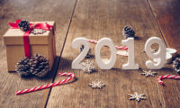 zima-derevo-podarok-doski-novyi-god-new-year-wood-winter-bac